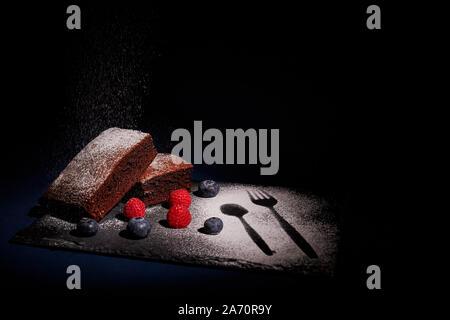 Brownies und Obst mit ein helles Abstauben - Stockfoto