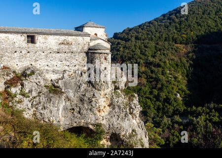 Die Kirche der verlassenen Kloster Agia Triada, schwebt über einer Klippe, an den Hängen des Olymp, Pieria, Griechenland. - Stockfoto