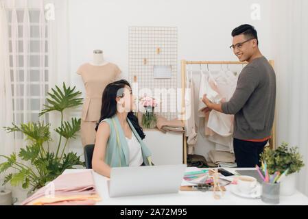 Mode-Designer arbeiten an Schöpfung in Werkstatt - Stockfoto