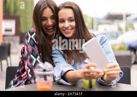 Ziemlich brunette amateur-Mädchen zeigt Körper