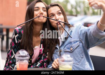 Close up lifestyle Selfie portrait von ziemlich frische junge brünette Mädchen selfie beste Freunde, Spaß - Stockfoto