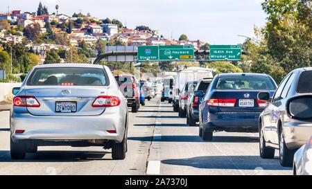 Okt 10, 2019 Hayward/CA/USA - Heavy Traffic auf einer der Autobahnen Kreuzung Osten San Francisco Bay Area; - Stockfoto