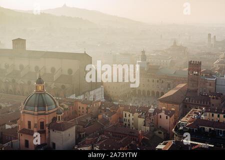 Bologna, hohen Winkel Blick auf die Stadt und die Gebäude bei Sonnenuntergang. Emilia Romagna, Italien - Stockfoto