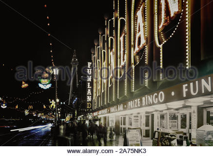 Blackpool Illuminations entlang der goldenen Meile mit dem Turm, Lancashire, England, Großbritannien - Stockfoto