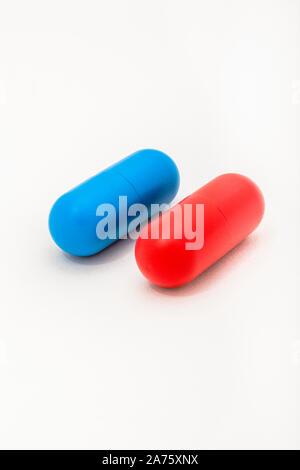 Blau & Rot Kapseln plain b/gd. Medicare, NHS/National Health Service, rot Kissen, blau Kissen, konservative liberale, Recht Unrecht, persönliche Wahl. - Stockfoto