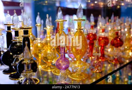 Ätherische Öle Parfüm Flaschen auf ein Schaufenster - Stockfoto