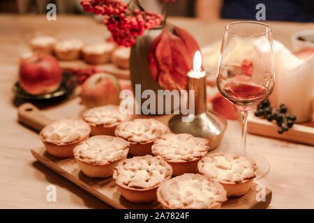 Thanksgiving fallen traditionelle hausgemachte Apple Pies auf Holzbrett für den Herbst Urlaub. Gemütliche Stimmung - Stockfoto