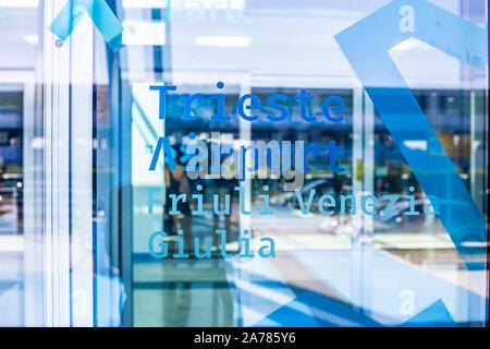 Triest, Italien - 09-15-2019: Eingang der Flughafen Triest mit den Abflug-gates, Sicherheitskontrolle, Geschäfte und der Gepäckausgabe. - Stockfoto