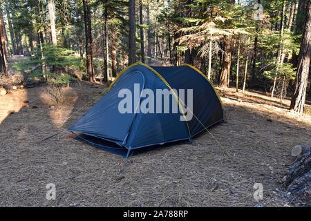Zelt in Hogdon Wiese Campground, Yosemite National Park, Kalifornien, USA. - Stockfoto