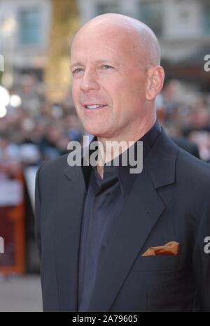 Bruce Willis. UK Premiere von 'Die Hard 4', Empire Leicester Square, London. Großbritannien - Stockfoto