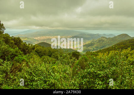 Die herrliche Aussicht vom Mirador de la Cruz del Carmen del Valle, wo San Cristbal de la Laguna an einem bewölkten Tag, in der Nähe der Spur der Sens befindet. - Stockfoto