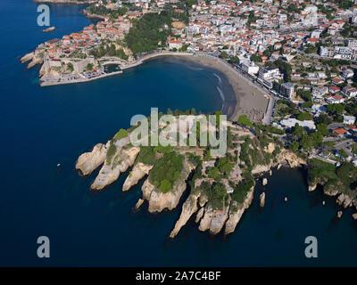 Historische Stadt auf einer felsigen Landzunge mit einer kleinen, geschützten Bucht (Luftbild). Ulcinj, Montenegro. - Stockfoto