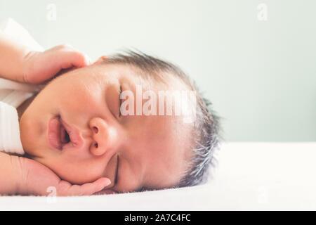 Cute Baby Junge schlafend auf dem Bett im Schlafzimmer der Kinder am Morgen Zeit mit kopieren. Familie, gesund, Leben und Beziehung Konzept - Stockfoto