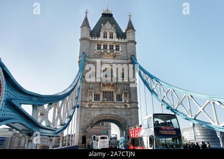 LONDON, UK - August 15: Blick auf theTower Brücke auf London, Oktober 15, 2011. - Stockfoto