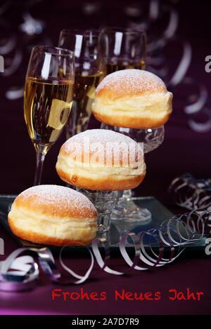 Faschingskrapfen, Berliner, Kuchen, Sekt, Fasching, Karneval, Silvester, Happy New Year, Frohes neues Jahr, - Stockfoto
