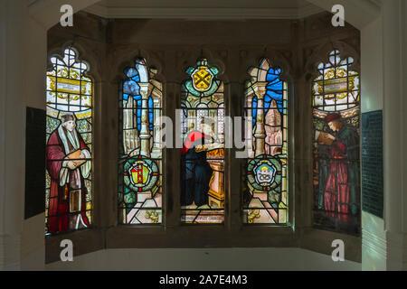 Glasfenster Richard Copley Christie in einem Treppenhaus von Owen's College, Universität von Manchester, England, Großbritannien - Stockfoto