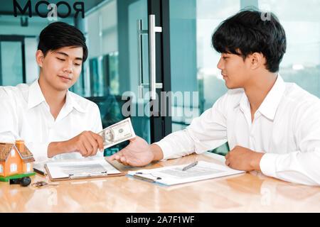 Immobilienmakler agent Verkauf Haus mit Hypothek Vertrag. Mann kaufen mieten Immobilien. Architekten Designer schließen Abkommen mit Kunde - Stockfoto