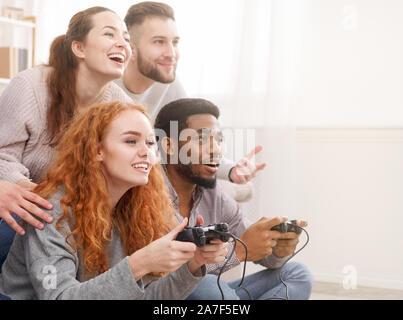 Freunde konkurrieren in Videospiele, Spaß zu Hause in - Stockfoto