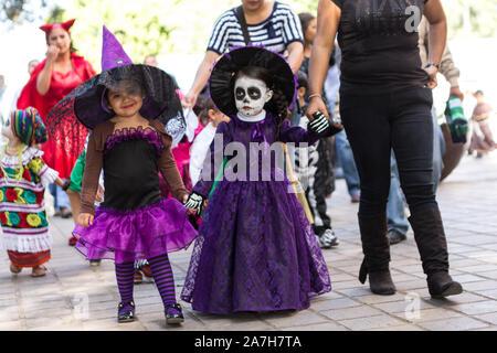 Mexikanische Kinder Parade in Kostümen feiern den Tag der Toten Festival in Spanisch bekannt als Día de Muertos am Stadtplatz am 31. Oktober 2013 in Oaxaca, Mexiko. - Stockfoto