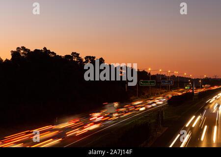 Lange Belichtung Peak Hour Verkehr Gebäude während der Goldenen Stunde. - Stockfoto