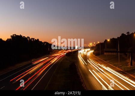 Verkehrsmessungen lange Exposition wachsen während der Goldenen Stunde. - Stockfoto