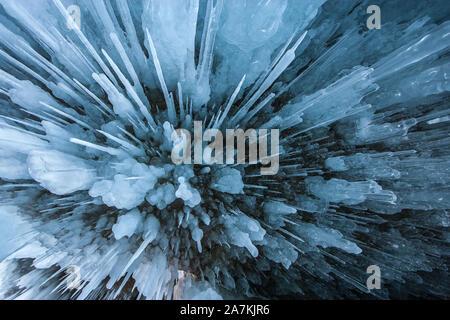 Natürliche Textur Hintergrund. Kristall Eiszapfen hängen an der Decke der Höhle. Eis winter Hintergrund. - Stockfoto