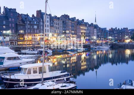 Honfleur Hafen bei Dämmerung, Honfleur, Normandie, Frankreich - Stockfoto