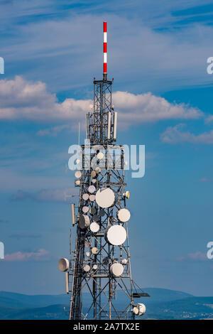 Telekommunikation Mast auf einem Hügel im Isergebirge. - Stockfoto