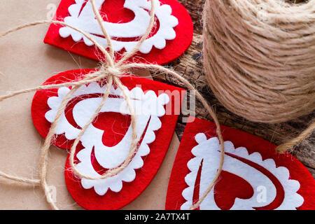 Hintergrund Valentinstag mit roten Herzen, Bögen und Stränge des Gewindes - Stockfoto