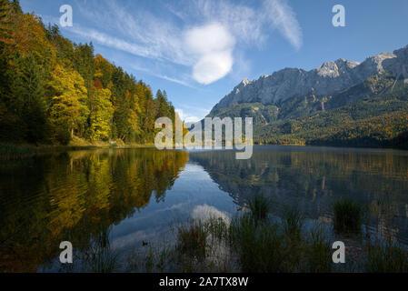 Eibsee und Zugspitze im Herbst, Bayern, Deutschland - Stockfoto