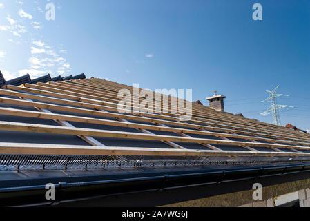 Dach der keramischen Fliese in Pakete auf dem Dach auf Dachlatten angeordnet. Vorbereitung für die Festlegung der Dachziegel. - Stockfoto