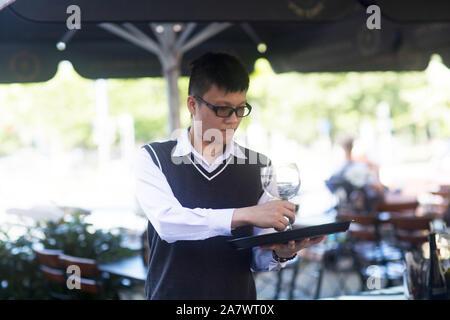 Junge Asien Kellner in einer Bar - Stockfoto