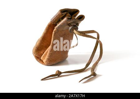 Alte, abgetragene Leder Münze Tasche auf weißem Hintergrund - Stockfoto