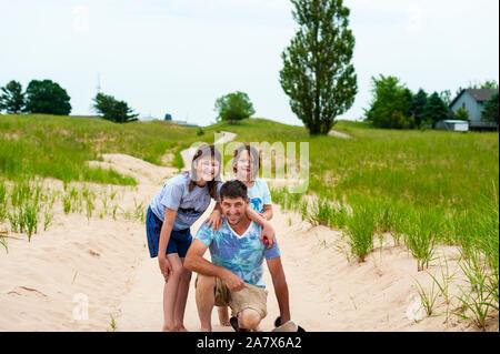 Vater und Tochter, die auf dem Dünen Trail in Ludington, Michigan, USA posieren. - Stockfoto