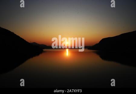 Jinan. 4 Nov, 2019. Foto an November 4, 2019 zeigt Kulisse der Bergwelt in Jinan Sonnenuntergang, der ostchinesischen Provinz Shandong. Credit: Wang Kai/Xinhua/Alamy leben Nachrichten - Stockfoto