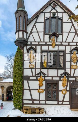 Honau, Baden-Württemberg, Deutschland - 21. Februar 2010: Toilettenhäuschen schöne winterliche Schloss Lichtenstein, Schwäbische Alb, Baden-Württemberg, Deutschland. - Stockfoto