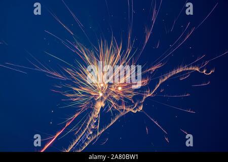Feuerwerk gegen einen dunklen blauen Himmel - Stockfoto