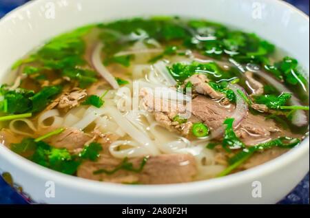 Beef soup pho bo Suppe, vietnamesische Küche, erster Gang mit Nudeln und Gemüse Suppe in einer weißen Schüssel, Nahaufnahme. Street Food Stockfoto