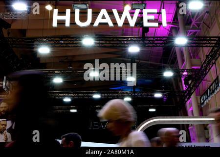 Lissabon, Portugal. 5 Nov, 2019. Volk das Huawei-Logo während des jährlichen Web Gipfel Technologie Konferenz in Lissabon, Portugal am 5. November 2019. Credit: Pedro Fiuza/ZUMA Draht/Alamy leben Nachrichten - Stockfoto