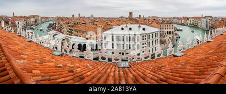 Panorama vom Fondaco dei Tedeschi Kaufhaus Dachterrasse über den Canal Grande und die Rialto-Brücke in Venedig Italien - Stockfoto