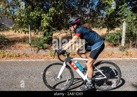 Weibliche Radfahrer reiten ein Kies Fahrrad auf der Straße. - Stockfoto