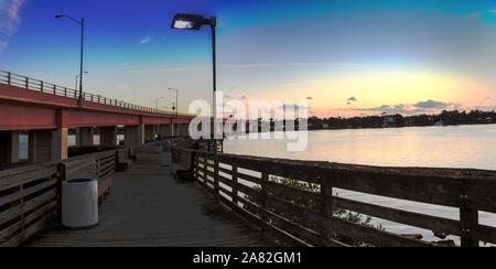 Fishing Pier mit Blick aufs Wasser in der Dämmerung über den Indian River in New Smyrna Beach, Florida. - Stockfoto