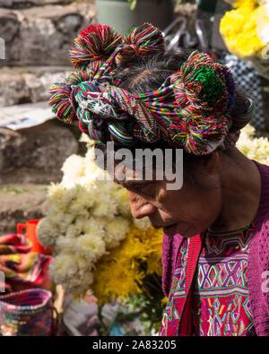 Traditionelle Headress oder cinta auf einem älteren Quiche Maya Frau auf dem Markt von Chichicastenango, Guatemala. - Stockfoto