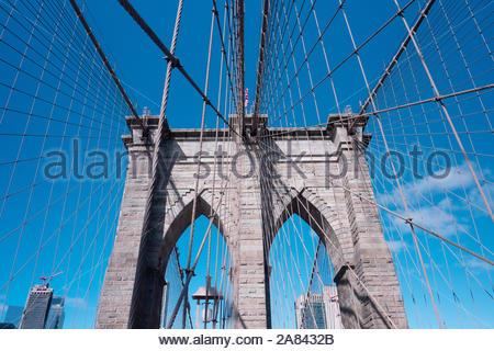 Nach oben Bild der Brooklyn Bridge in New York - Stockfoto