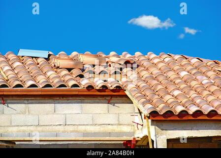 Haus Dach- Website mit Balken, Sparren, lattung, Fliesen. - Stockfoto