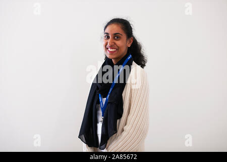 Portrait selbstbewussten jungen indischen Frau - Stockfoto