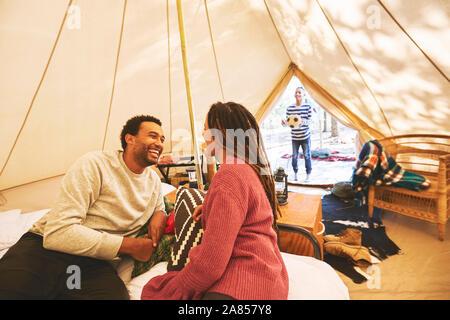 Glückliches Paar entspannen in Campingplatz Jurte - Stockfoto