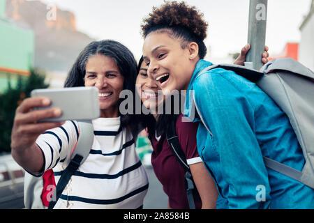Glückliche Mutter und Töchter Rucksackwandern, wobei selfie mit Kamera Handy - Stockfoto