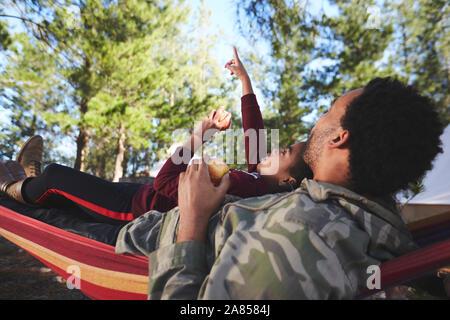 Vater und Sohn Relaxen in der Hängematte unter Bäumen in Wäldern - Stockfoto