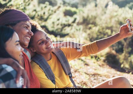 Glückliche Mutter und Tochter Wanderer unter selfie mit Kamera Handy - Stockfoto